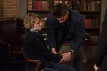 """Supernatural --""""Who We Are"""" -- SN1222a_0108.jpg -- Pictured (L-R): Samantha Smith as Mary Winchester and Jensen Ackles as Dean -- Photo: Diyah Pera/The CW -- © 2017 The CW Network, LLC. All Rights Reserved"""