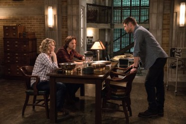 """Supernatural --""""All Along the Watchtower"""" -- SN1223a_0118.jpg -- Pictured (L-R): Samantha Smith as Mary Winchester, Jared Padalecki as Sam and Jensen Ackles as Dean -- Photo: Jack Rowand/The CW -- © 2017 The CW Network, LLC. All Rights Reserved"""