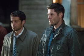 """Supernatural --""""All Along the Watchtower"""" -- SN1223b_0237.jpg -- Pictured (L-R): Misha Collins as Castiel and Jensen Ackles as Dean -- Photo: Dean Buscher/The CW -- © 2017 The CW Network, LLC. All Rights Reserved"""