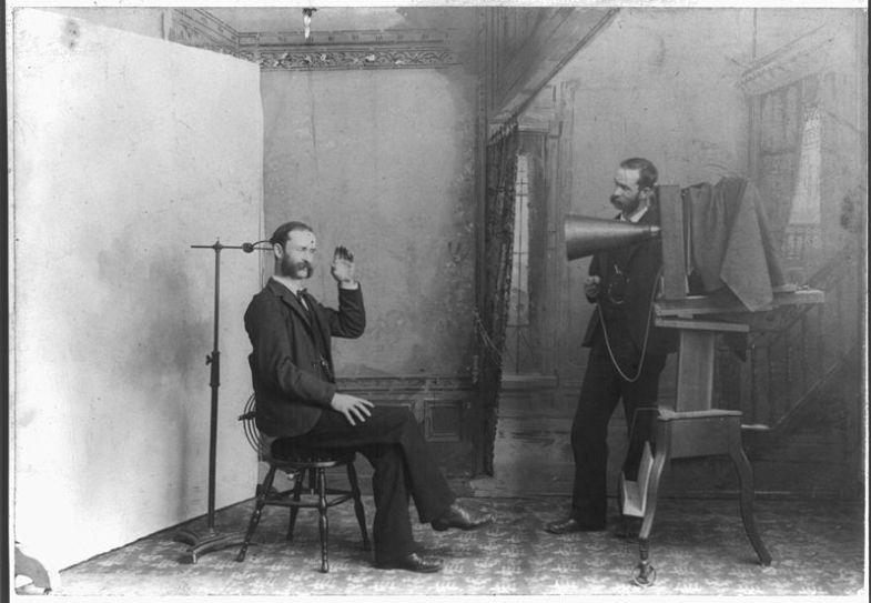 800px-Photographer-studio-1893
