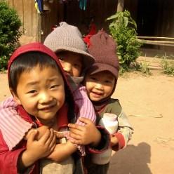 Laos - Muang Sing en bicicleta - Niños jugando en la calle