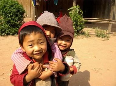 Laos Muang Sing Niños jugando en la calle - Muang Sing by bike, lost in Luang Namtha