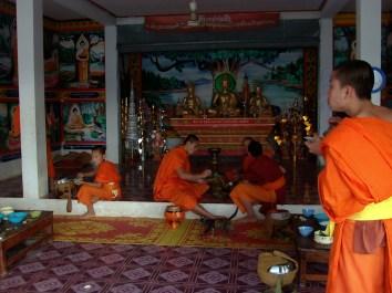Huay Xai - Monjes en el templo desayunando
