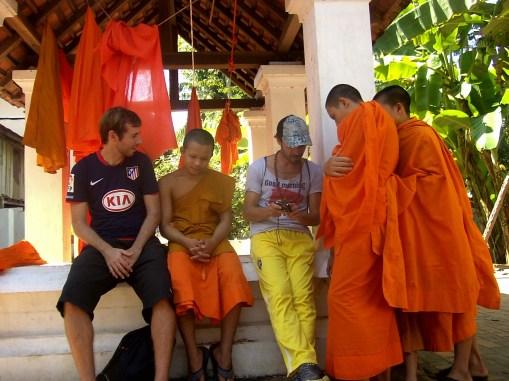 Laos - Charlando con monjes