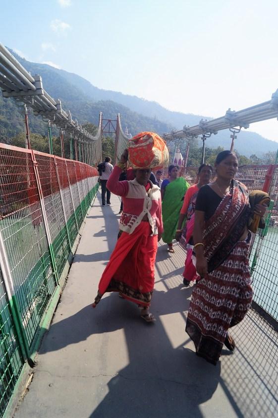 Rishikesh Puente colgante Ram Jhula 02 - Viaje a Rishikesh: historia, dónde hospedarse y qué ver