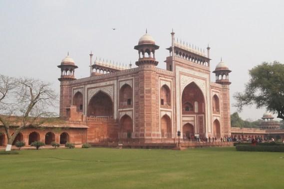 Taj Mahal Puerta Principal 500x333 - The story of Taj Mahal: India, love and symmetry