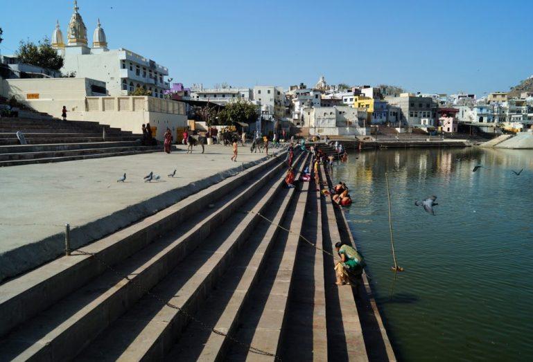 India - Peregrinos bañándose en el Lago de Pushkar