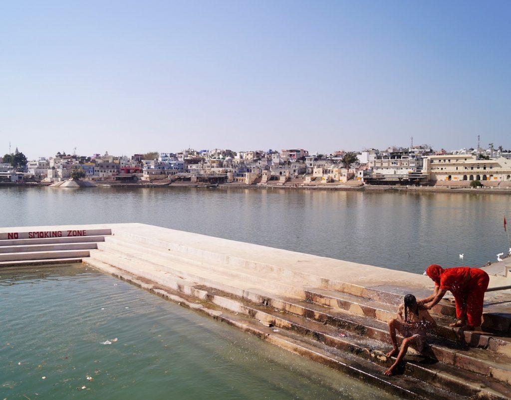 Pushkar Purificándose en el Lago de Pushkar 1 1024x802 - Visita a Pushkar: los 5 mejores lugares que ver