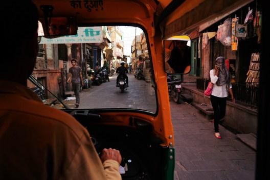 Tuc-tuc por una calle india