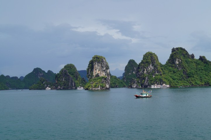 Vietnam Bahia de Halong Paisaje 500x333 - Tips for Vietnam: what I learned in 1 month of travel