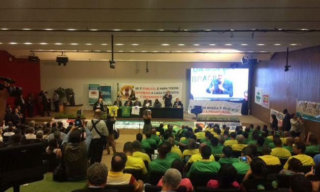 Parlamentares e representantes de movimentos sociais falam durante a sessão da Comissão de Legislação Participativa no Congresso Nacional