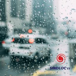 Sob chuva ou neblina, reduza a velocidade, use luz baixa, não pare na pista e nunca acione o alerta com o veículo em movimento.