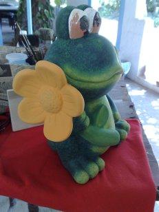 Froesche mit Blume fuer den Garten neu gemacht