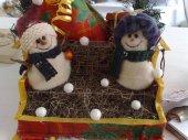 Schneemaenner auf Schlitten