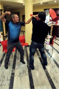 Kunt Tulgar sitemizin editörü Utku Uluer'e sandalye ile vurma ve savunma tekniklerini öğretirken