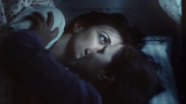Film İncelemesi: Ana Yurdu, hayatını istediği gibi yaşayamayan annenin, tahakküm kurduğu kızını kişisel cehennemine çekme çabası üzerine kurulmuş; çevrenizde rastlayacağınız birçok örnek gibi.