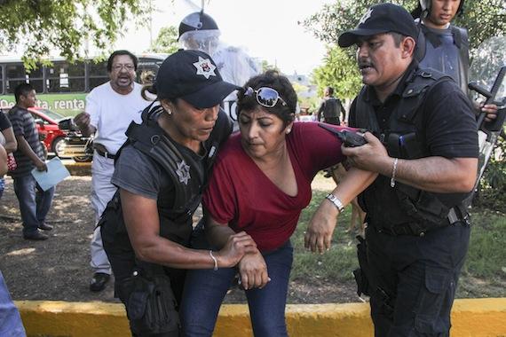 Policías reprimieron a maestros que protestaron contra la Reforma Educativa en Q. Roo. Foto: Cuartoscuro