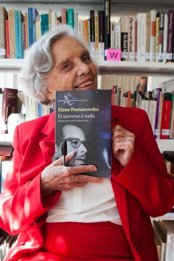 Poniatowska y su nuevo libro. Foto: Antonio Cruz, SinEmbargo