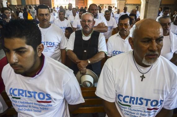 Hipólito Mora asistió en febrero a una misa que dio el Padre Goyo en Apatzingán. Foto: Cuartoscuro