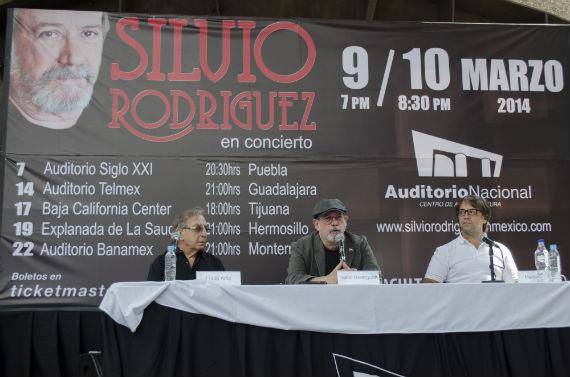 Acompañado por los productores argentinos Lucio y Martín Alfiz, Silvio Rodríguez ofreció una conferencia de prensa en el Auditorio Nacional. Foto: María José Martínez, Cuartoscuro