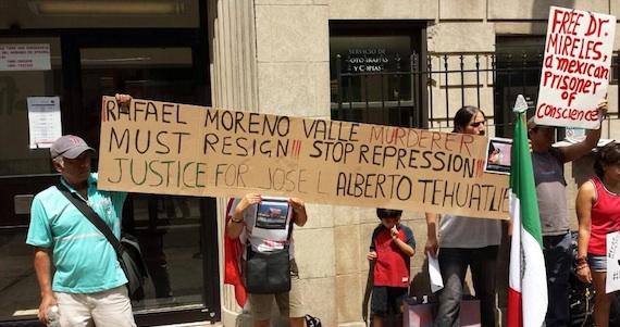 Manifestación contra el Gobernador Rafael Moreno Valle en Nueva York. Foto: Twitter.