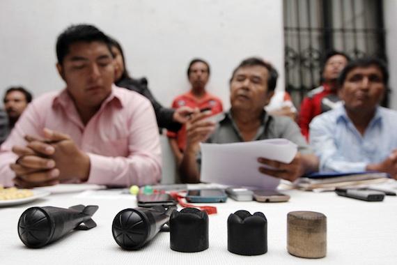 Algunos de los artefactos presentados por habitantes de San Bernardino Chalchihuapan, entre ellos, balas de goma. Foto: Cuartoscuro.