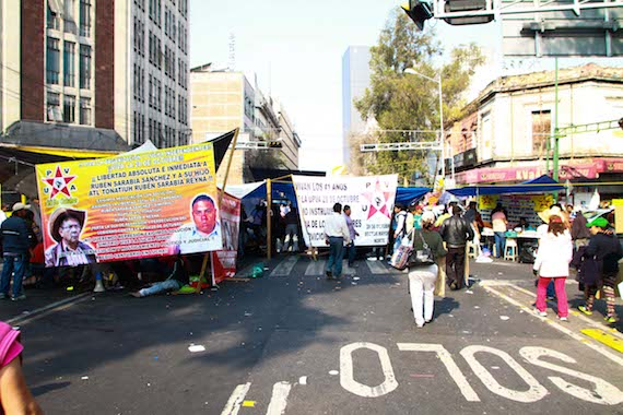Al menos 140 camiones arribaron a la Ciudad de México desde el miércoles pasado para protestar contra Moreno Valle. Foto: Antonio Cruz, SinEmbargo