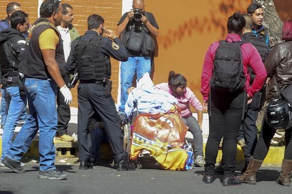 El cadáver permaneció al menos dos horas en la calle de Estrella. Foto: Cuartoscuro