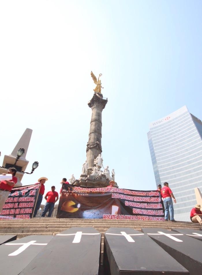 Trabajadores mineros se concentraron esta tarde en el Ángel en memoria de sus compañeros fallecidos en 2006. Foto: Francisco Cañedo, SinEmbargo.
