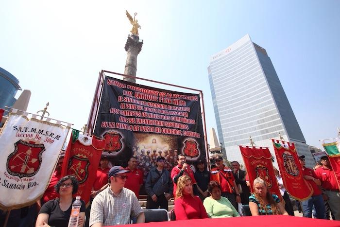 Los mineros marcharon con 65 féretros. Foto: Francisco Cañedo, SinEmbargo.