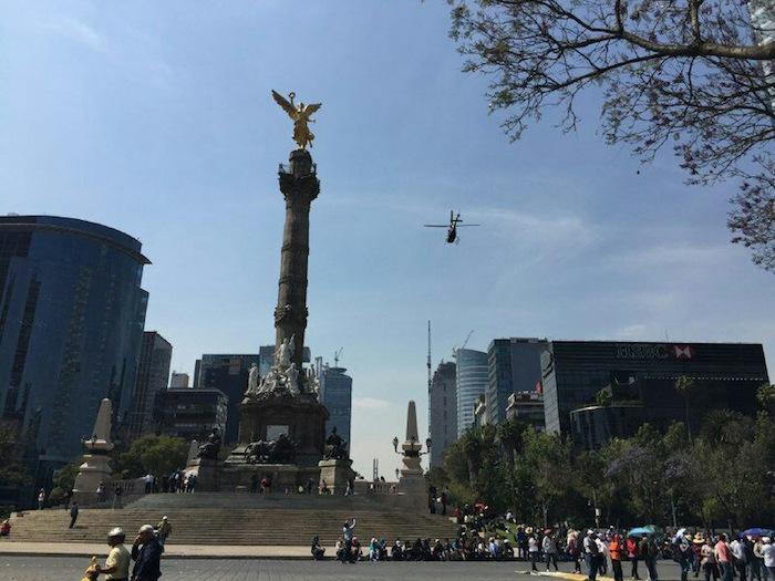 La marcha de los profesores es vigilada por un helicóptero de la policía capitalina. Foto: SinEmbargo.