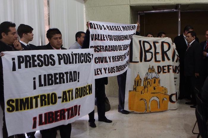 Durante la comparecencia se exigió la libertad a presos políticos. Foto: Francisco Cañedo, SinEmbargo.