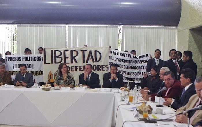 Poblanos ingresaron a la comparecencia en un acto de protesta pacífica. Foto: Francisco Cañedo, SinEmbargo.
