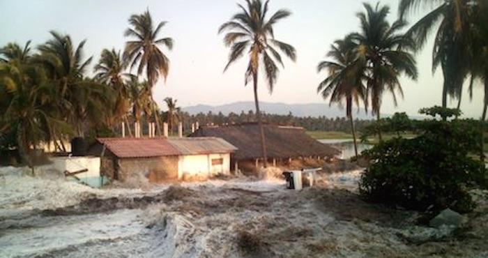 Marejada daña viviendas en Coyuca de Benítez. Foto: El Sur