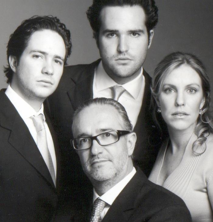 De izquierda a derecha, Benjamín, Hugo y Ninfa Salinas Sada, al centro Ricardo Salinas. Foto: ricardosalinas.com