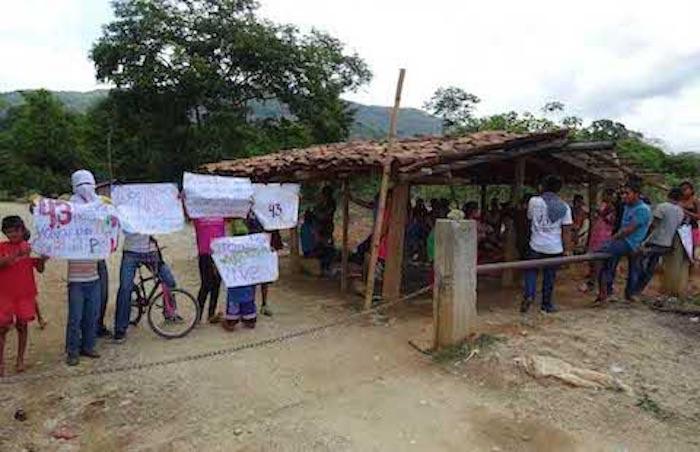 Los activistas, normalistas y familiares de Ayotzinapa. Foto: Jacob Morales, El Sur