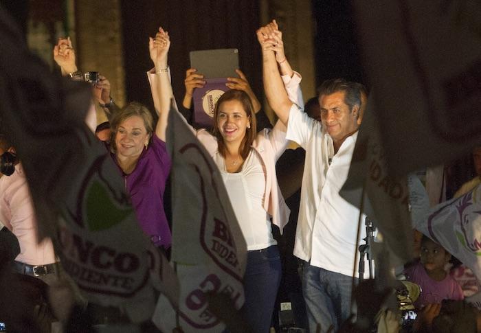 """Jaime Rodríguez Calderón """"El Bronco"""" en la la Macroplaza festejando los resultados electorales. Foto: Cuartoscuro"""