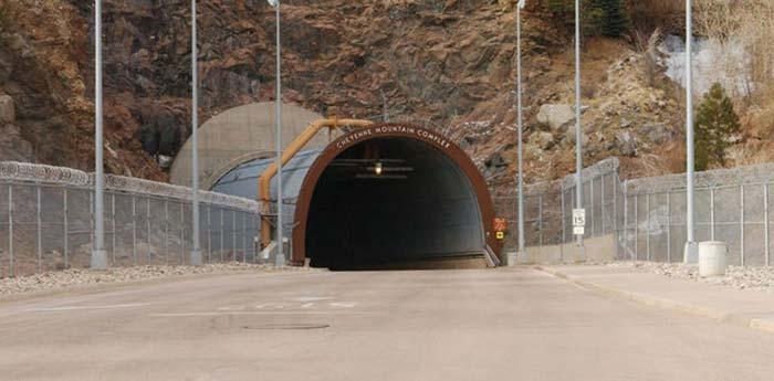 Entrada al NORAD en la Montaña Cheyenne. El complejo dejó de usarse en 2006.