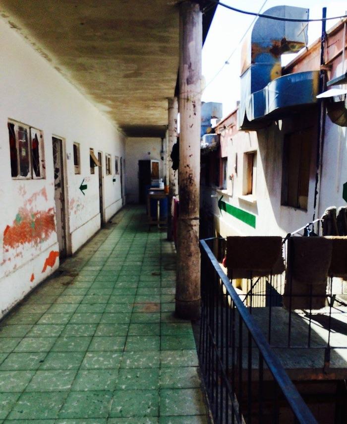 Interior de una vecindad en las calles Melchor Ocampo y  16 de Septiembre, donde, según un testigo protegido, mantenían a las jóvenes víctimas después del secuestro. El edificio está ubicado a ocho cuadras de la estación Delicias o Centro, de la Policía Municipal de Juárez. Foto: Sandra Rodríguez, SinEmbargo