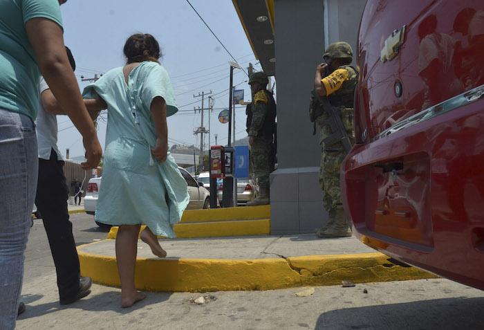"""En mayo pacientes fueron desalojados del Hospital General del IMSS """"Vicente Guerrero"""" en Acapulco tras un incendio. Foto: Cuartoscuro"""