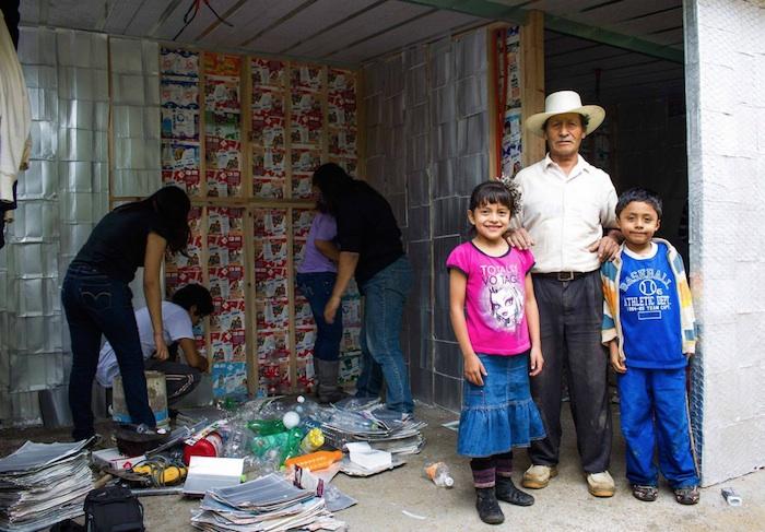 Construir una casa con apoyo de residuos sólidos para familias marginadas. Foto: Facebook.