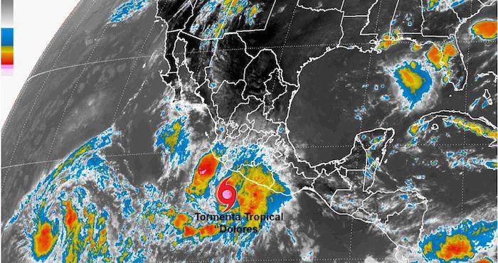 """Imagen satelital de la tormenta tropical """"Dolores"""" frente a las costas del Pacífico mexicano, hoy domingo 12 de julio de 2015. Foto: SMN"""
