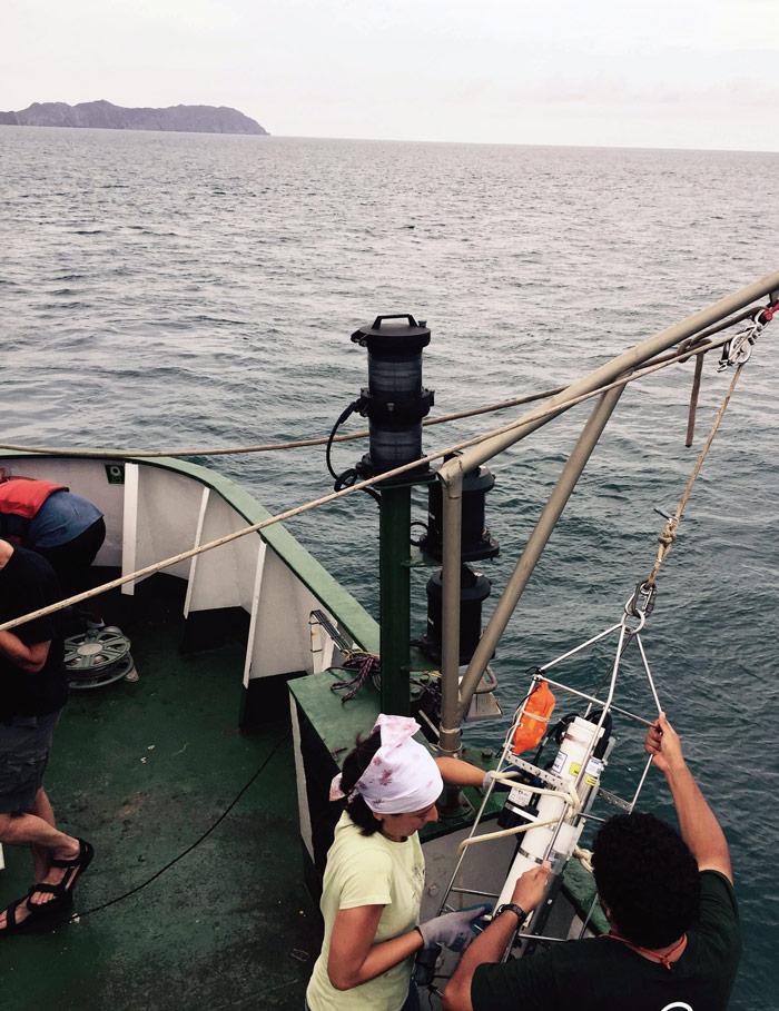 Midiendo condiciones del agua. Foto: Alejandro Páez Varela, SinEmbargo