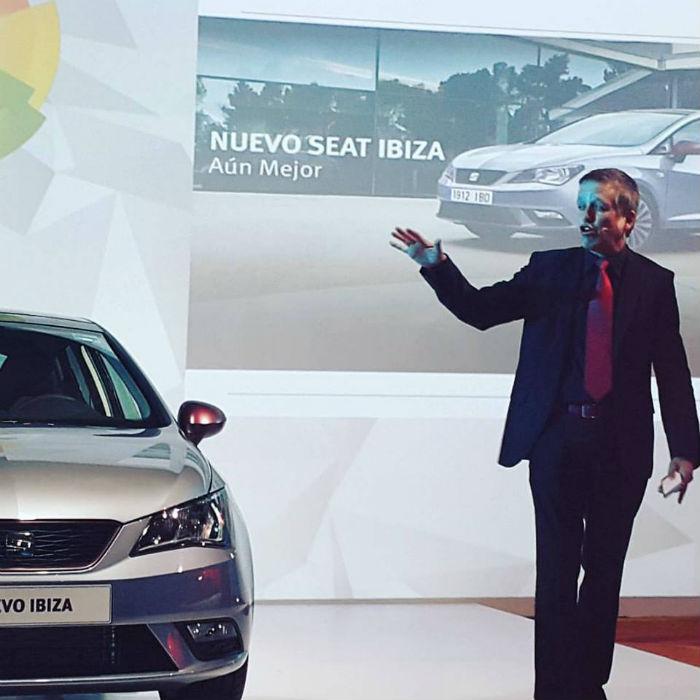 Xavier Velasco y su conferencia sobre los autos. Foto: Lorena Elizabeth Hernández