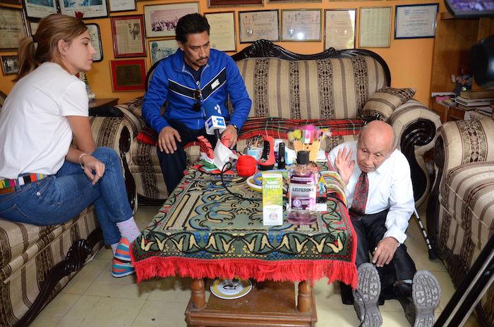 """Marcos Efrén Zariñana """"La Pulga"""" (derecha) y Abel Torres Chávez (centro) recuerdan detalles del rescate durante su reencuentro. Foto: Efe."""