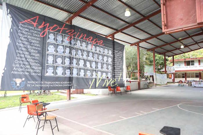 Manta de los 43 colocada en la Normal de Ayotzinapa. Foto: Francisco Cañedo, SinEmbargo.
