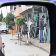 Un herrero solda una cruz de panteo?n en Chimalhuaca?n. Foto: Humberto Padgett, Sinembargo
