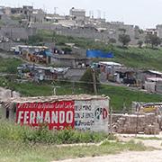 005 Las pocas casas pintadas lo esta?n gracias a que fueron utilizadas para la colocacio?n de propaganda poli?tica del PRI. Foto: Humberto Padgett, Sinembargo