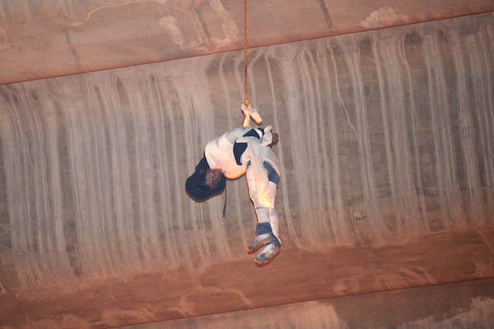 El cuerpo sin vida de un hombre fue hallado colgando del puente de la Concordia,  delegación Iztapalapa. Foto: Cuartoscuro