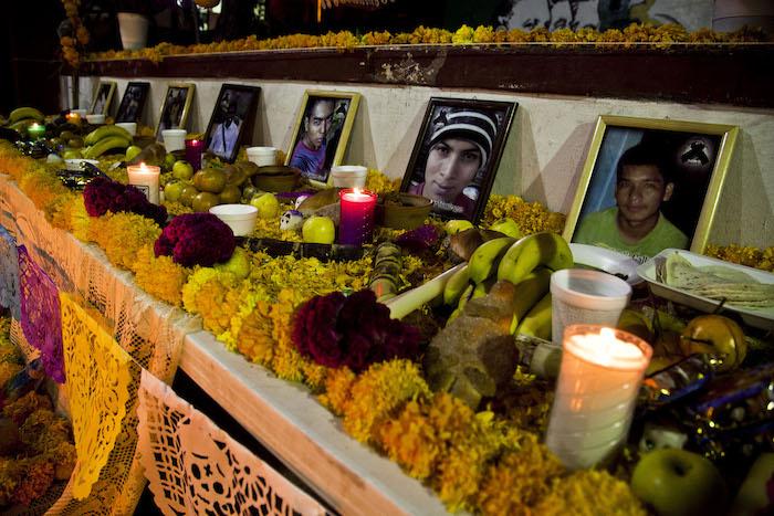 Un altar que, el año pasado, sus compañeros dedicaron a los 43 normalistas. Foto: Cuartoscuro